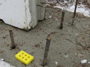Sokkelielmenttien korkeutta säädeltiin pirtsakan keltaisten erikoiskovien muovilätkien avulla. Vau!